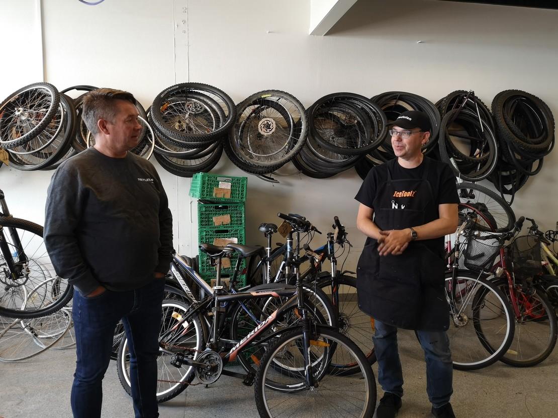 To menn på sykkelverksted