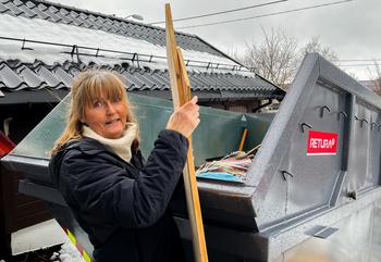 Kvinne som rydder i container