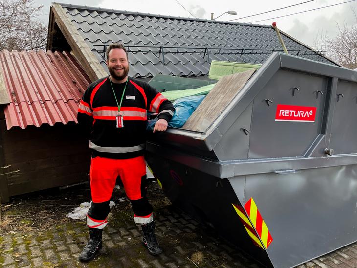 Sjåfør ved ryddecontainer for avfall