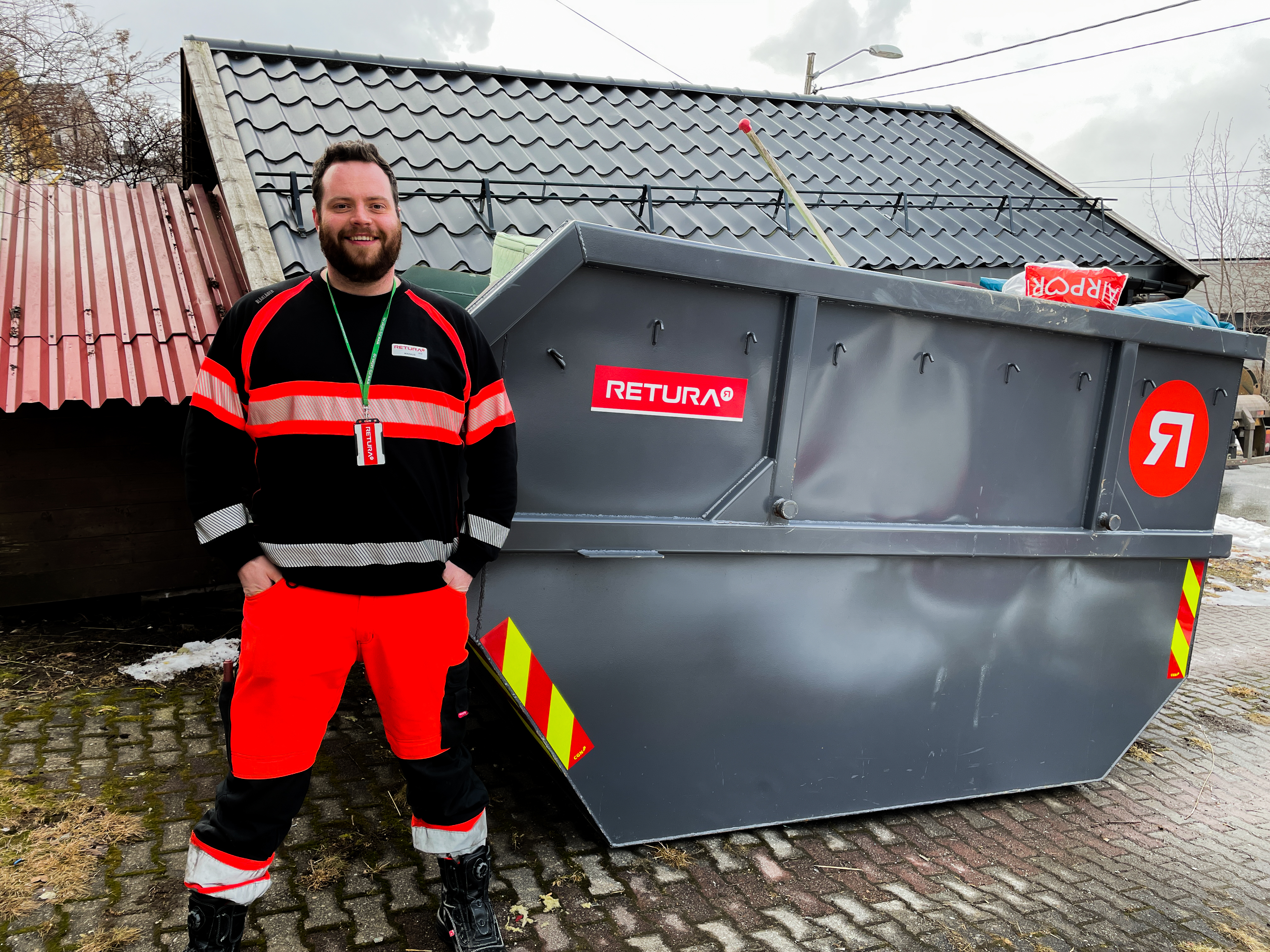 Retura Iris sjåfør ved ryddecontainer