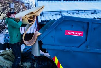 Mann som kaster avfall i ryddecontainer