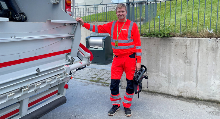 Avfallsjåfør fra Retura ved lastebil