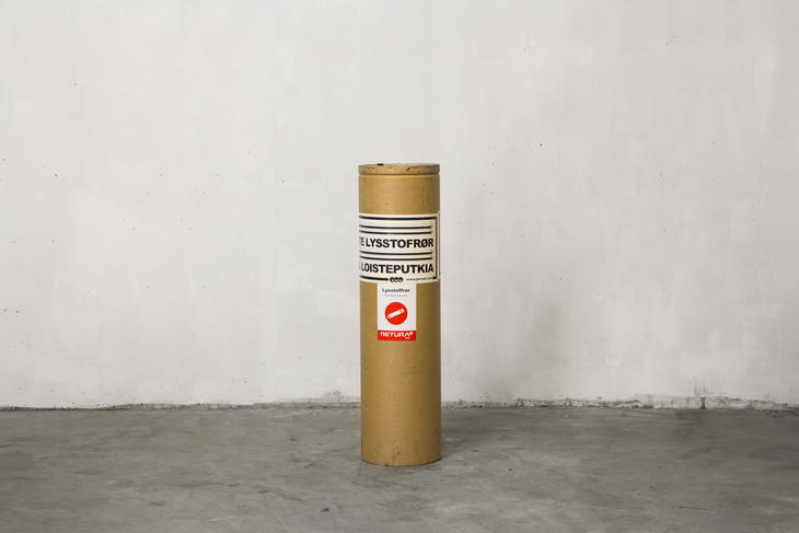 Avlang beholder for trygg oppbevaring av utbrente lysstoffrør