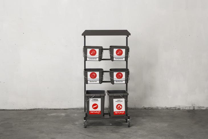 Hyllesystem med hjul for kildesortering på arbeidsplassen